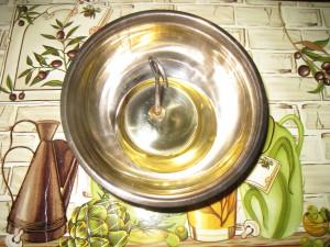 Наливаем немного масла в миску для сбора жира
