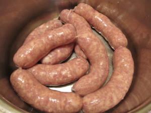 Сырые немецкие колбаски