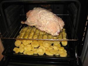 Утку распологаем над картофелем