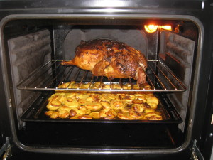 Жир из утки выпаривается на картофель
