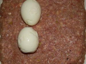 Выкладываем яйца на фарш как на фотографии