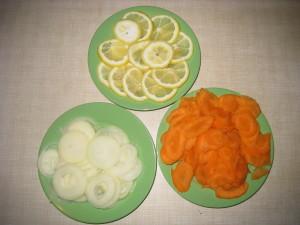 Режем лук, морковь, лимон кольцами