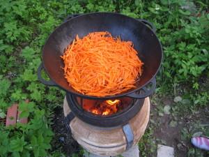 Кладем специи, после чего кладем нарезанную соломкой морковь