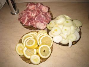 Нарезаем мясо, лимон и лук
