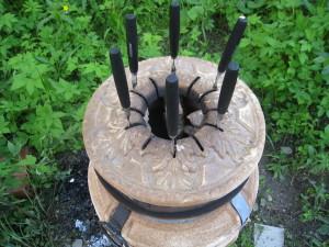 Вставляем шашлык в прорези крышки