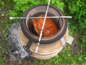 Вешаем этажерку с мясом в тандыр