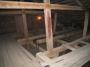 Это пространство между крышей и верхней аркой играет роль резонатора