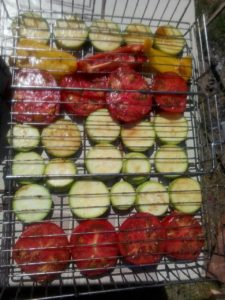 раскладываем овощи в решетку гриль