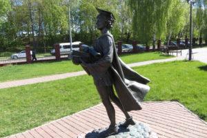 Памятник средневековому студенту у Полоцкого университета