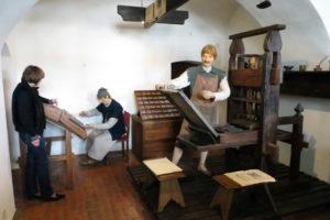 Бригада печатников работает над книгой - музей книгопечатания в Полоцке