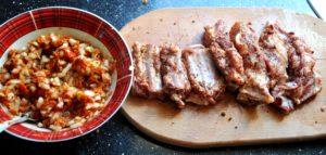 Заливаем пряности соевым и томатным соусом