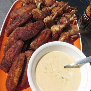 Жареные острые куриные крылышки и соус