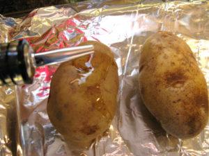 Поливаем картофель маслом