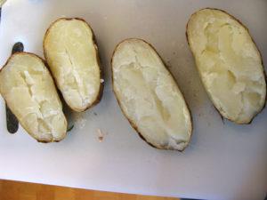 Разрезаем картофель пополам
