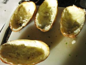 Вычерпываем внутреннюю часть картофеля в миску