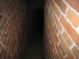 Хорошо видно насколько узкие и крутые проходы между стен храма