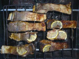 Вид готовой рыбы на мангале