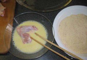 Макаем крыло в смесь яйца и молока